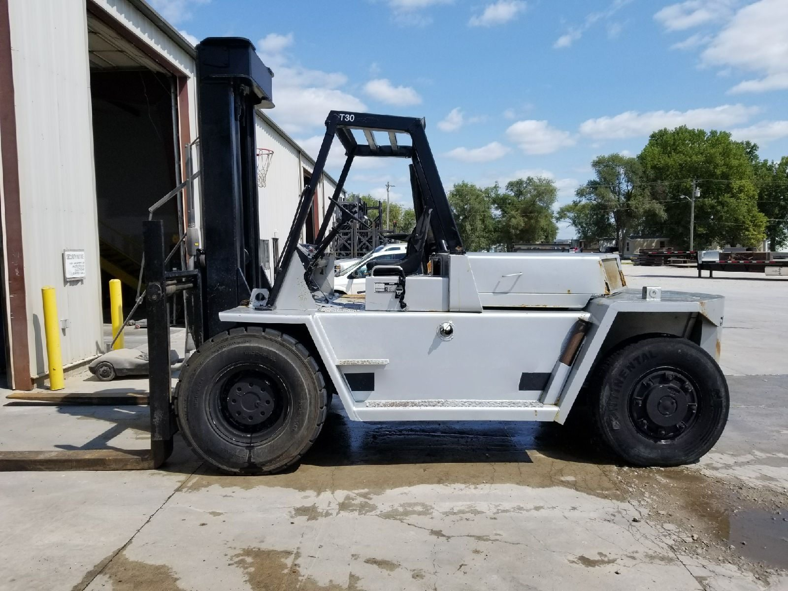 30,000lb. Capacity Cat V300 Air-Tire Forklift For Sale 15 Ton